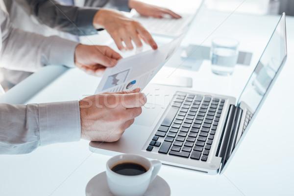 üzleti csapat dolgozik irodai asztal laptopok pénzügyi jelentések Stock fotó © stokkete