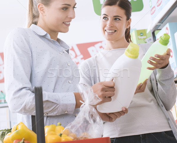 Foto stock: Mulheres · compras · supermercado · mercearia · escolher · lavanderia