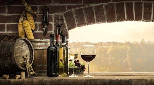 Janela vinho garrafas copos de vinho belo Foto stock © stokkete
