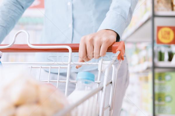 Zdjęcia stock: Kobieta · popychanie · koszyk · spożywczy · zakupy · supermarket