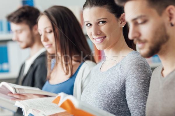 Foto stock: Grupo · estudiantes · biblioteca · universidad · pie · línea