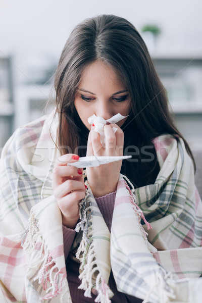 Malade femme température jeune femme maison Photo stock © stokkete