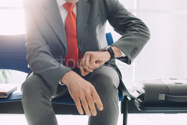 корпоративного бизнесмен ждет время сидят зал ожидания Сток-фото © stokkete
