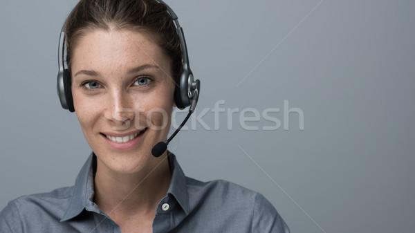 Call center operatör gülen güzel bir kadın kulaklık Stok fotoğraf © stokkete