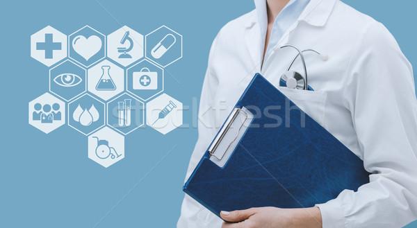 プロ 女性 医師 ポーズ クリップボード ストックフォト © stokkete