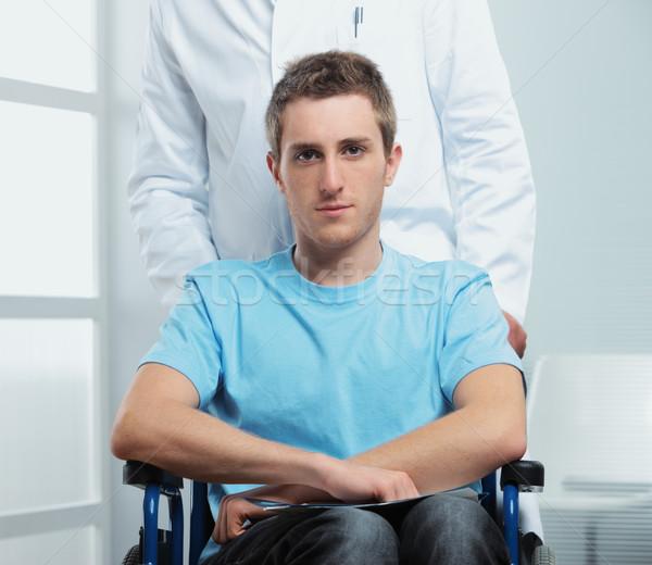 Hasta tekerlekli sandalye erkek hemşire itme doktor Stok fotoğraf © stokkete