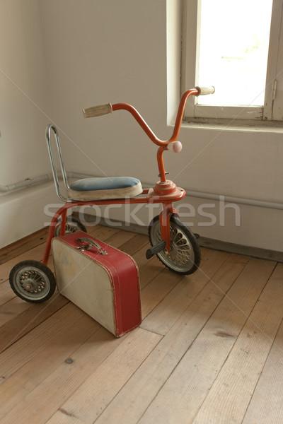 Bağbozumu oyuncaklar kırmızı üç tekerlekli bisiklet eski bavul Stok fotoğraf © stokkete