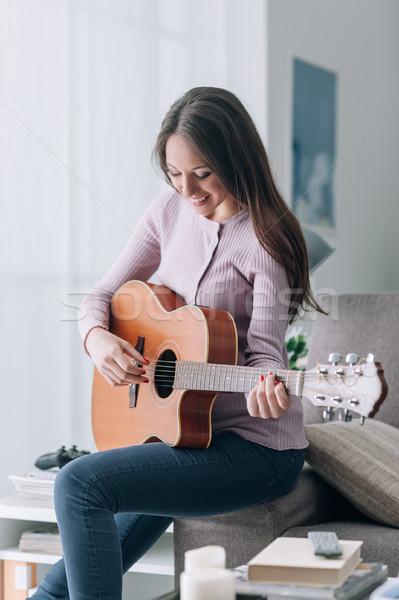Zdjęcia stock: Dziewczyna · gry · gitara · domu · uśmiechnięty · piękna · dziewczyna