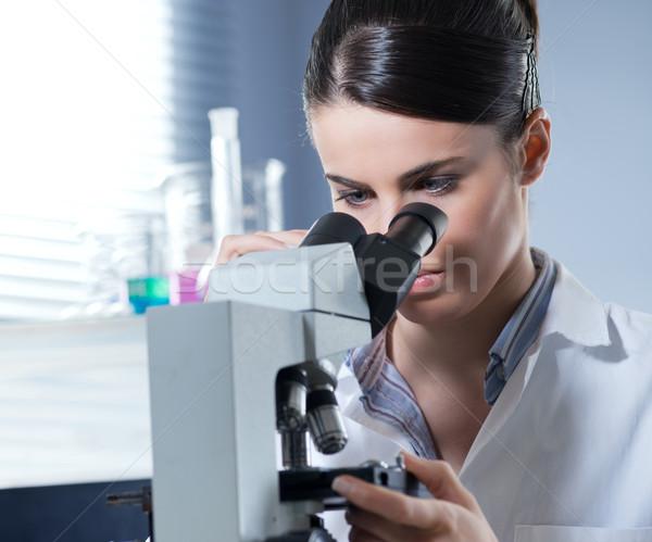 Kadın araştırmacı mikroskop genç kimya laboratuvar Stok fotoğraf © stokkete