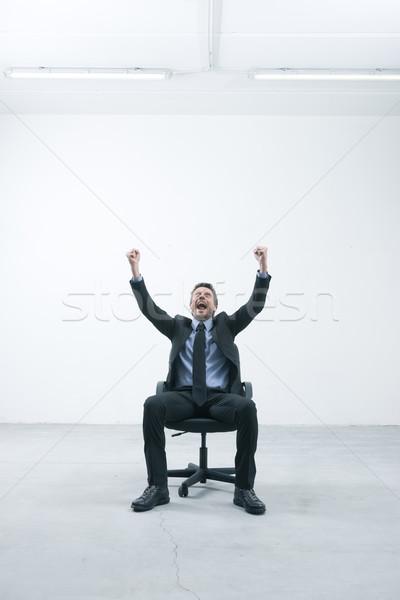 Goed nieuws blijde zakenman vergadering bureaustoel Stockfoto © stokkete