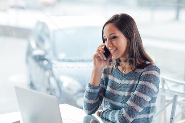 Gyönyörű lány telefonbeszélgetés gyönyörű fiatal lány ül ablak Stock fotó © stokkete