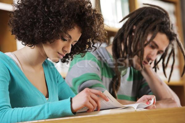 Intensief leren twee studenten samen binnenshuis Stockfoto © stokkete