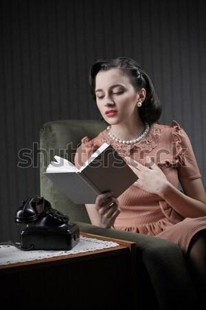 Fiatal nő álmodozás olvas tankönyv nő könyv Stock fotó © stokkete