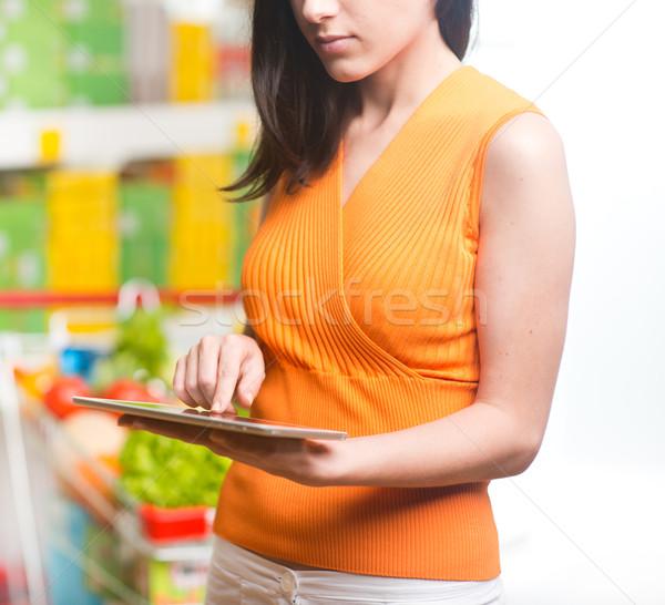 ストックフォト: 女性 · タブレット · ストア · 若い女性 · デジタル · スーパーマーケット