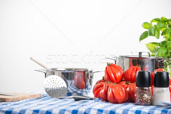 Domates sosu hazırlık domates fesleğen mutfak araçları Stok fotoğraf © stokkete