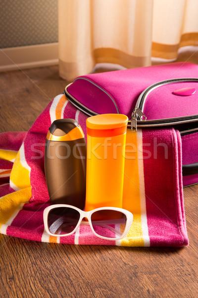 Nap elleni védelem kozmetika napszemüveg csíkos törölköző táska Stock fotó © stokkete