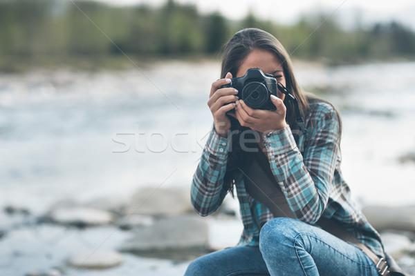 Fotograf strzelanie młodych kobiet naturalnych krajobraz Zdjęcia stock © stokkete