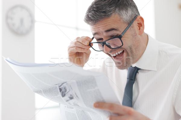 Rendkívüli hírek üzletember iroda olvas rossz pénzügyi Stock fotó © stokkete