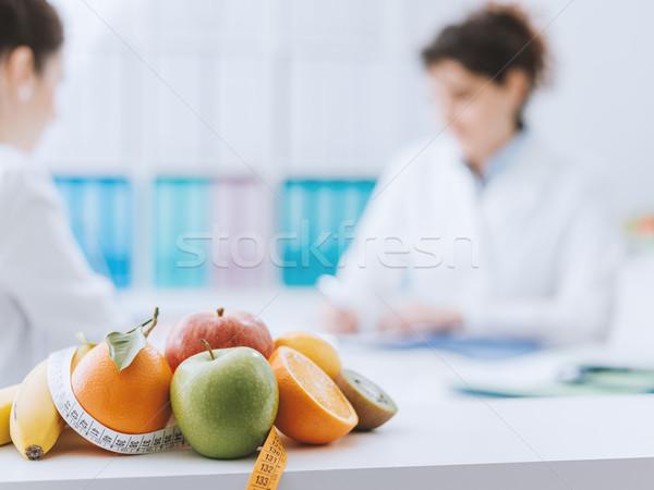 Voedingsdeskundige vergadering patiënt kantoor professionele gezonde Stockfoto © stokkete