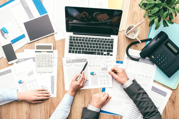 業務團隊 工作 金融 報告 指向 金融 商業照片 © stokkete