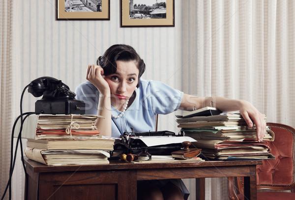 Accablé employé de bureau s'ennuie séance derrière Photo stock © stokkete