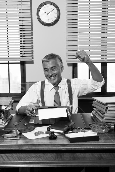 Derűs riporter ököl kiemelt dolgozik irodai asztal Stock fotó © stokkete