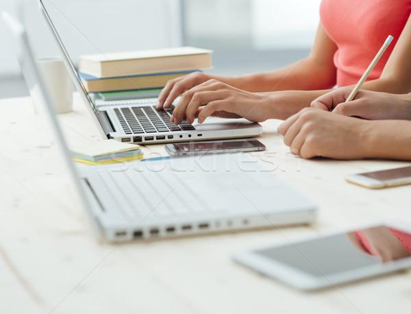 Dziewcząt studia biurko teen jeden za pomocą laptopa Zdjęcia stock © stokkete