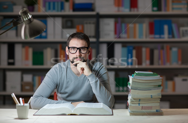 Estudiante lectura libro adulto biblioteca tarde Foto stock © stokkete