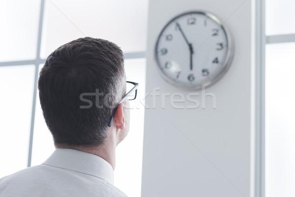 Imprenditore clock ufficio vista posteriore tempo Foto d'archivio © stokkete