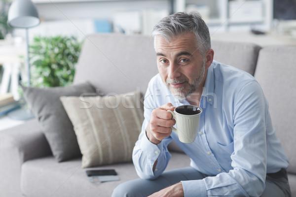 男 コーヒーブレイク リラックス ホーム ソファ 笑みを浮かべて ストックフォト © stokkete