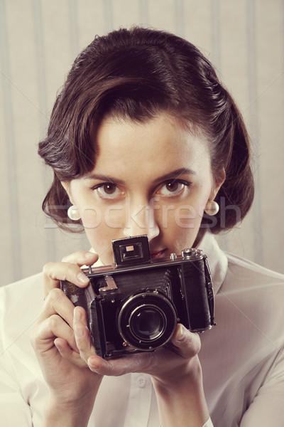 Klasszikus fotós gyönyörű üzletasszony öreg kamera Stock fotó © stokkete