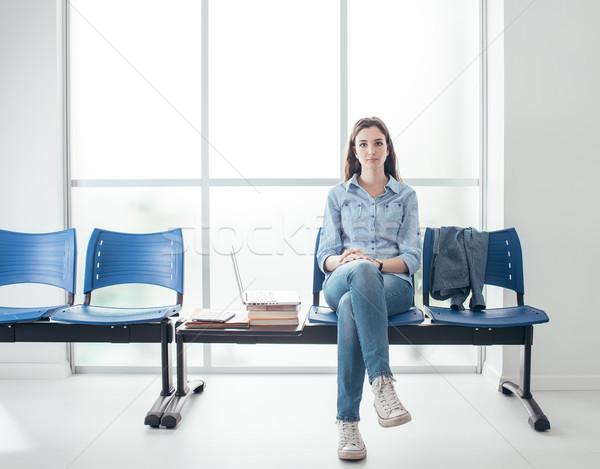 Estudiante sala de espera jóvenes femenino pensativo espera Foto stock © stokkete