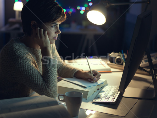 Vrouw werken laat nacht jonge vrouw studeren Stockfoto © stokkete