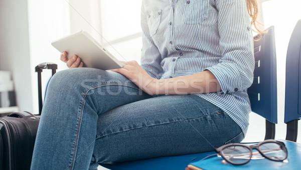 ストックフォト: 女性 · 待合室 · 小さな · 旅人 · 座って
