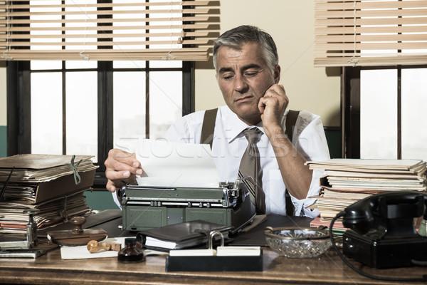 Deluso impiegato lavoro desk vintage macchina da scrivere Foto d'archivio © stokkete