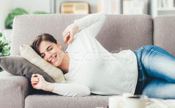 Vrouw bank jonge vrouw woonkamer Stockfoto © stokkete