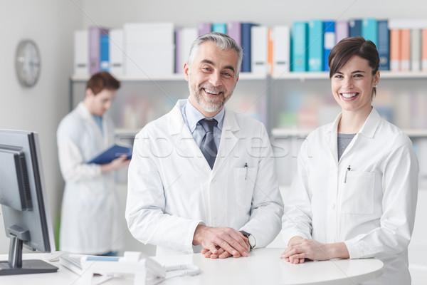 Orvos recepció asztal asszisztens mosolyog kamera Stock fotó © stokkete