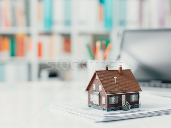 不動産 住宅ローン モデル 家 書類 デスクトップ ストックフォト © stokkete