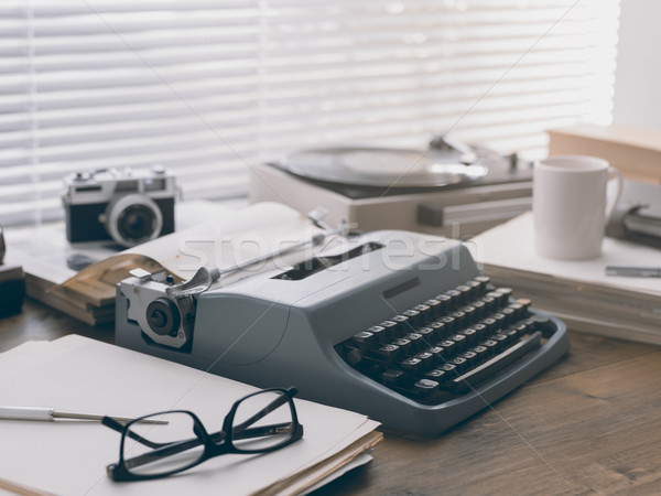 écrivain journaliste vintage bureau machine à écrire caméra Photo stock © stokkete
