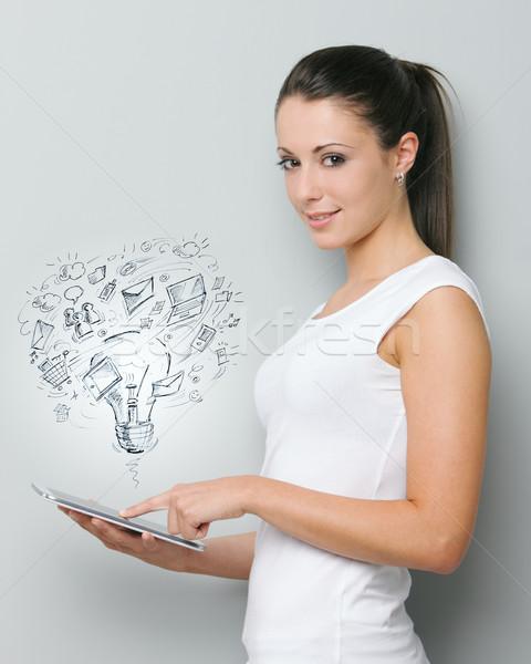 Modernes technologie belle jeune femme travail numérique Photo stock © stokkete