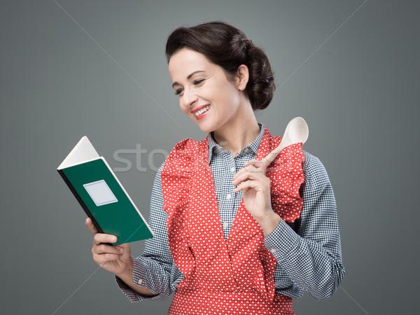 Bağbozumu kadın yemek kitabı gülen açmak Stok fotoğraf © stokkete