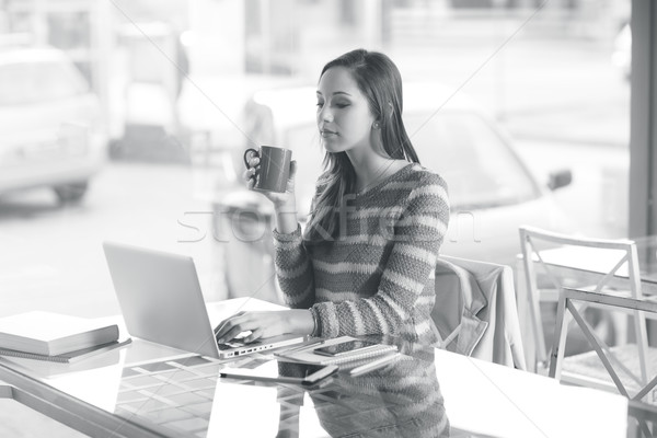 Meşgul kadın çalışma dizüstü bilgisayar genç kadın büro Stok fotoğraf © stokkete