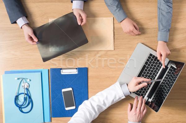 Asztali radiológus dolgozik asztal mutat laptopok Stock fotó © stokkete