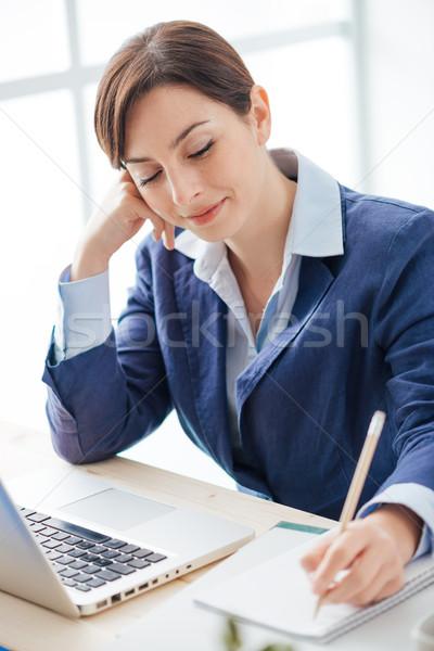 Stockfoto: Secretaris · schrijven · merkt · notebook · glimlachend · werken