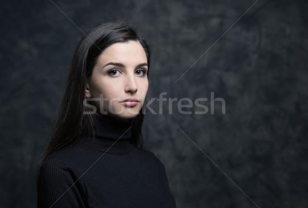 Ritratto giovani posa guardando Foto d'archivio © stokkete