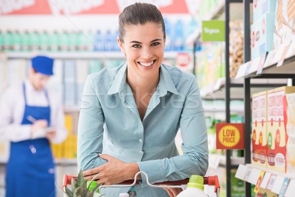 Gelukkig vrouw winkelen supermarkt voortvarend Stockfoto © stokkete