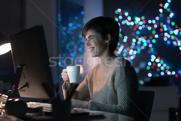 Vrouw laat nacht glimlachend jonge vrouw Stockfoto © stokkete