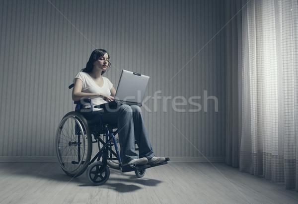инвалидов используя ноутбук пустой комнате компьютер девушки Сток-фото © stokkete