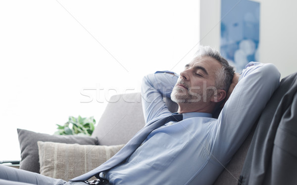 Stockfoto: Zakenman · slapen · bank · knap · ontspannen · home