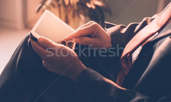 üzletember digitális tabletta ül felismerhetetlen személy üzlet Stock fotó © stokkete